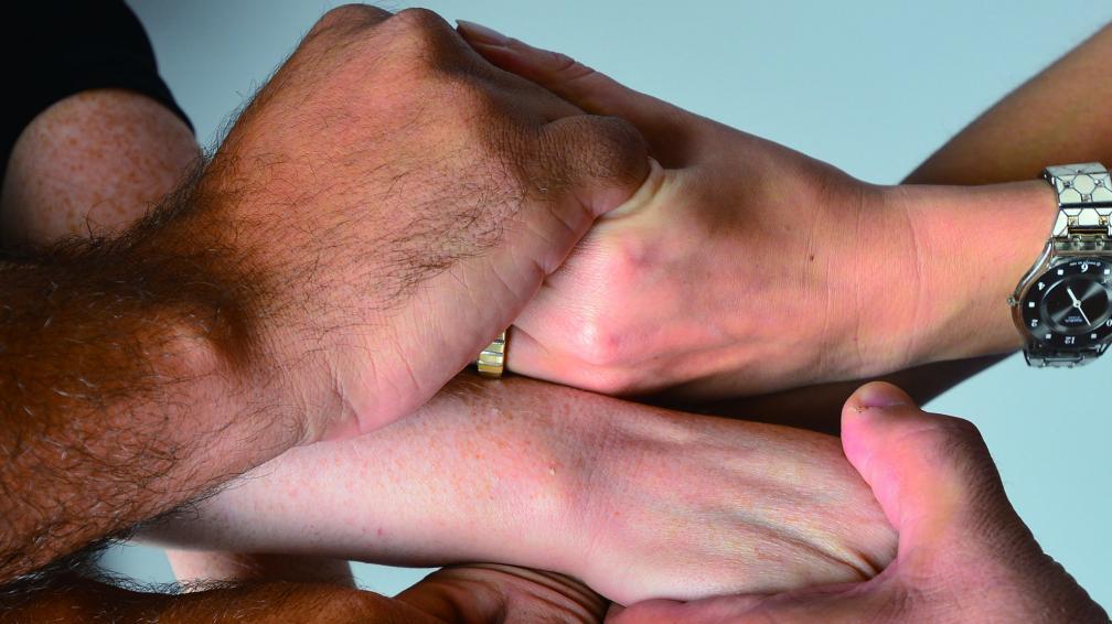 manos duelo